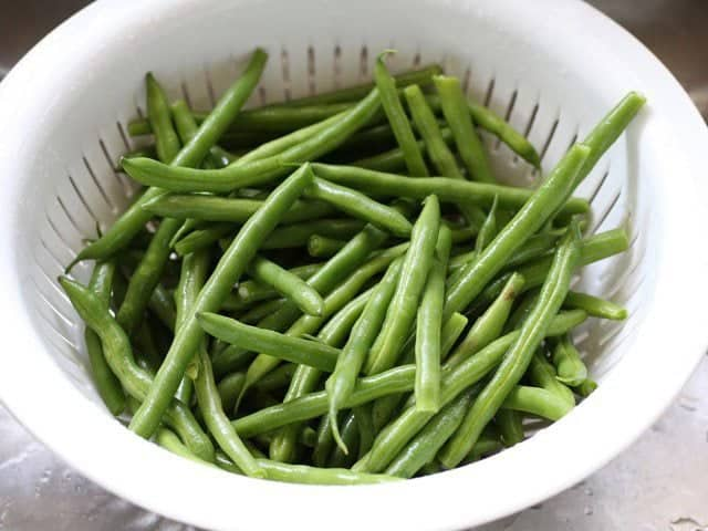 Rinsed fresh green beans in a colander