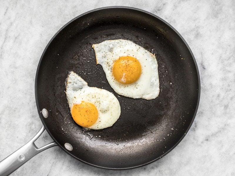 Рецепт жареных яиц пошагово