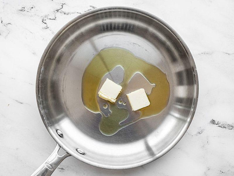 Manteiga e azeite em uma frigideira