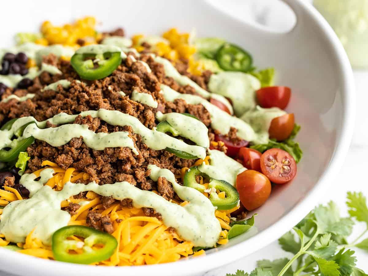 Close-up vista lateral da salada de peru taco em uma tigela